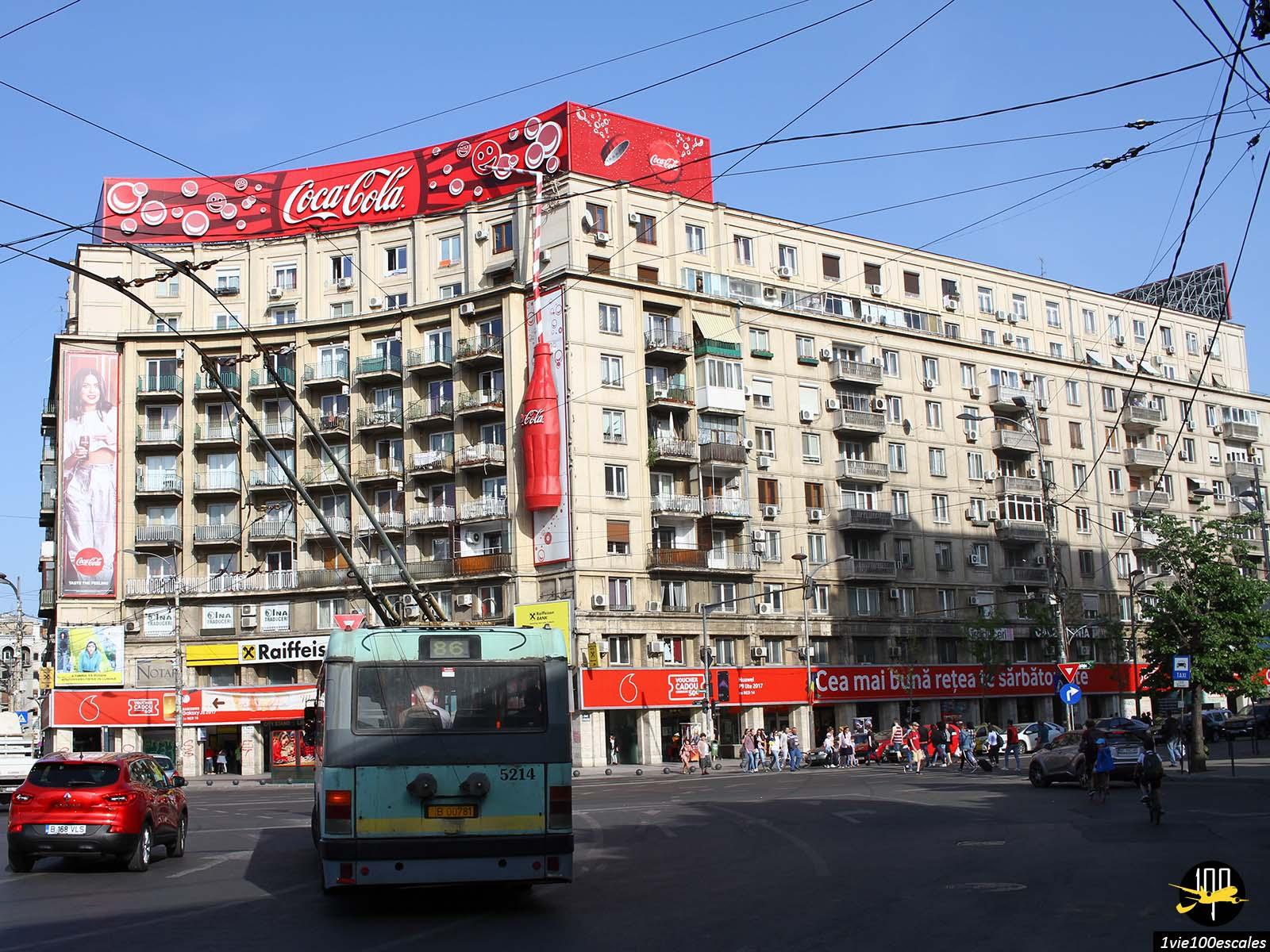 ancien immeuble publicite coca cola bucarest roumanie