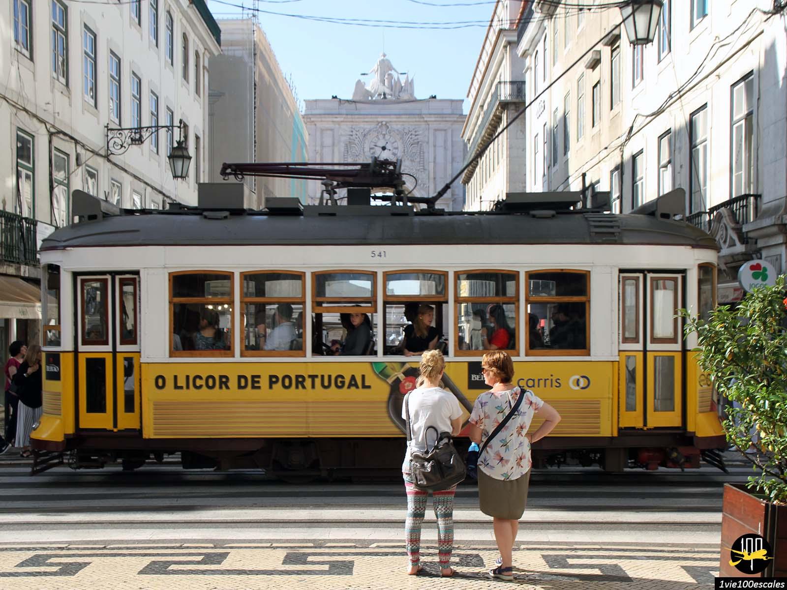 Le fameux tramway jaune au centre ville de Lisbonne