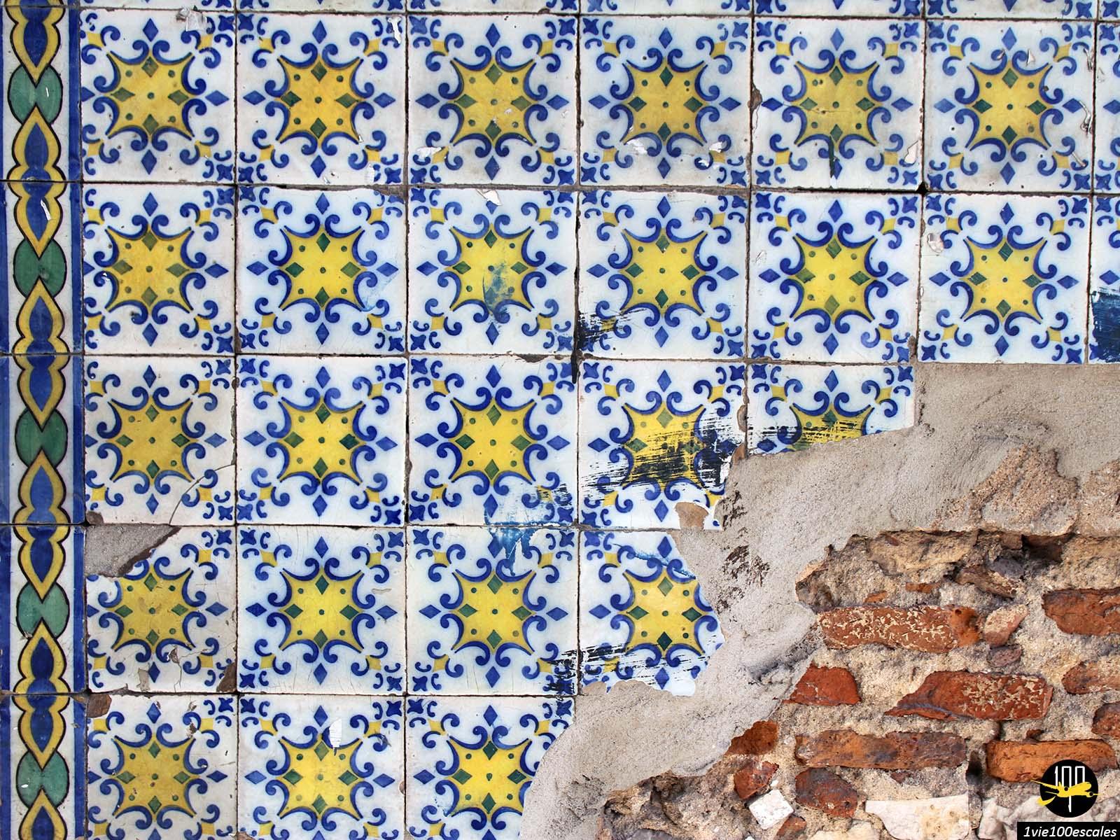 Les azulejos magnifiques carreaux de faïence qui ornent les façades de Lisbonne