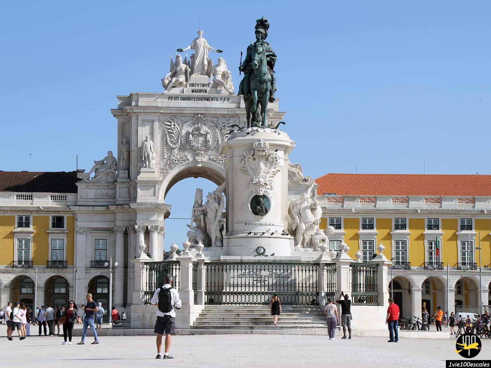 La célèbre statue sur la place du commerce à Lisbonne