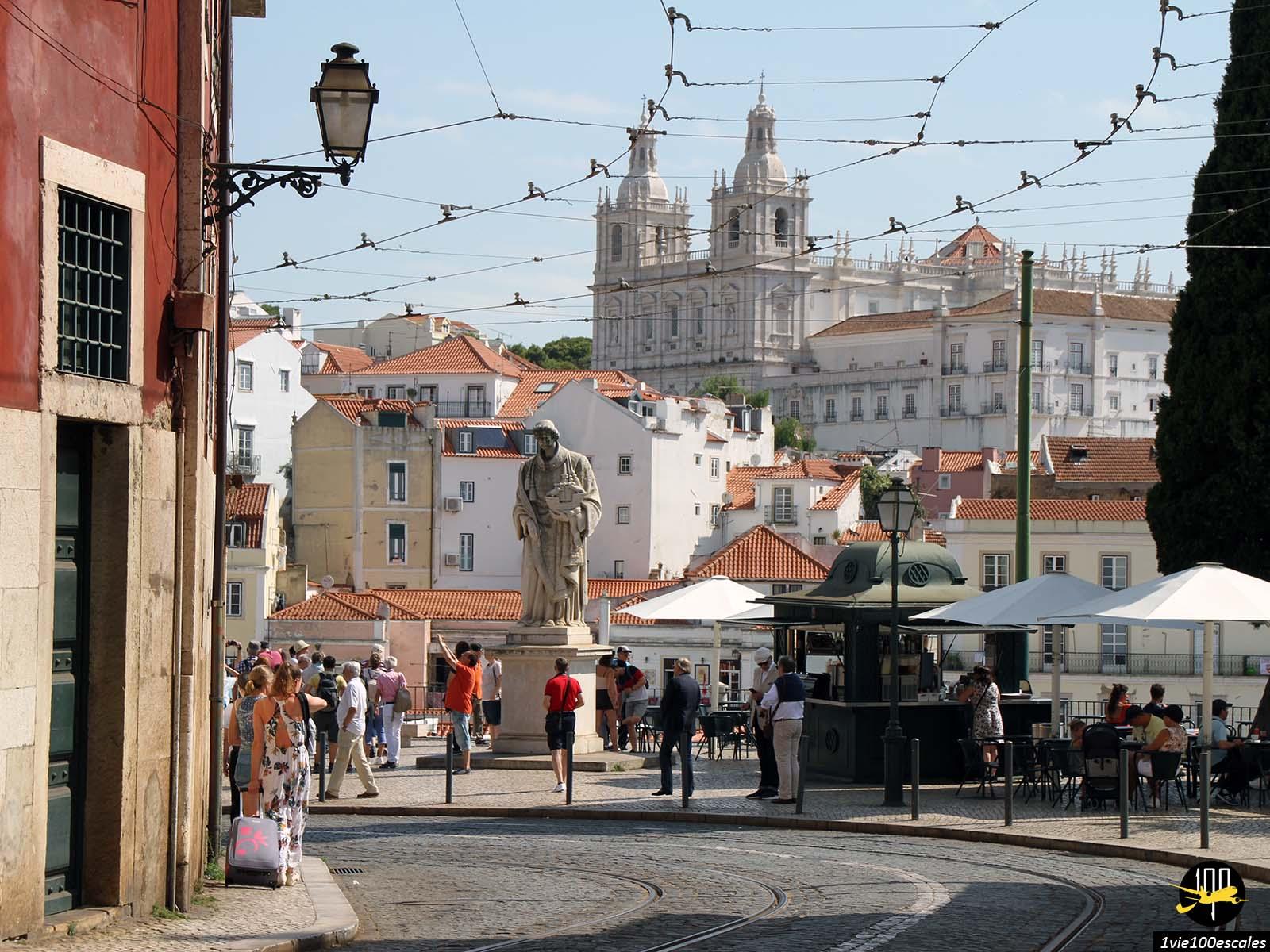 Les ruelles de Lisbonne en direction du Château Saint-Georges