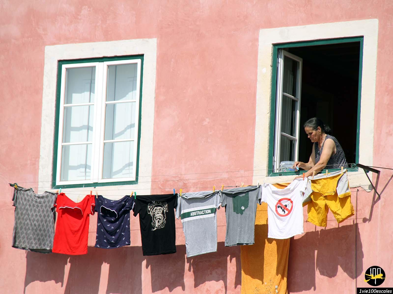 Le linge suspendu dans les ruelles de Lisbonne