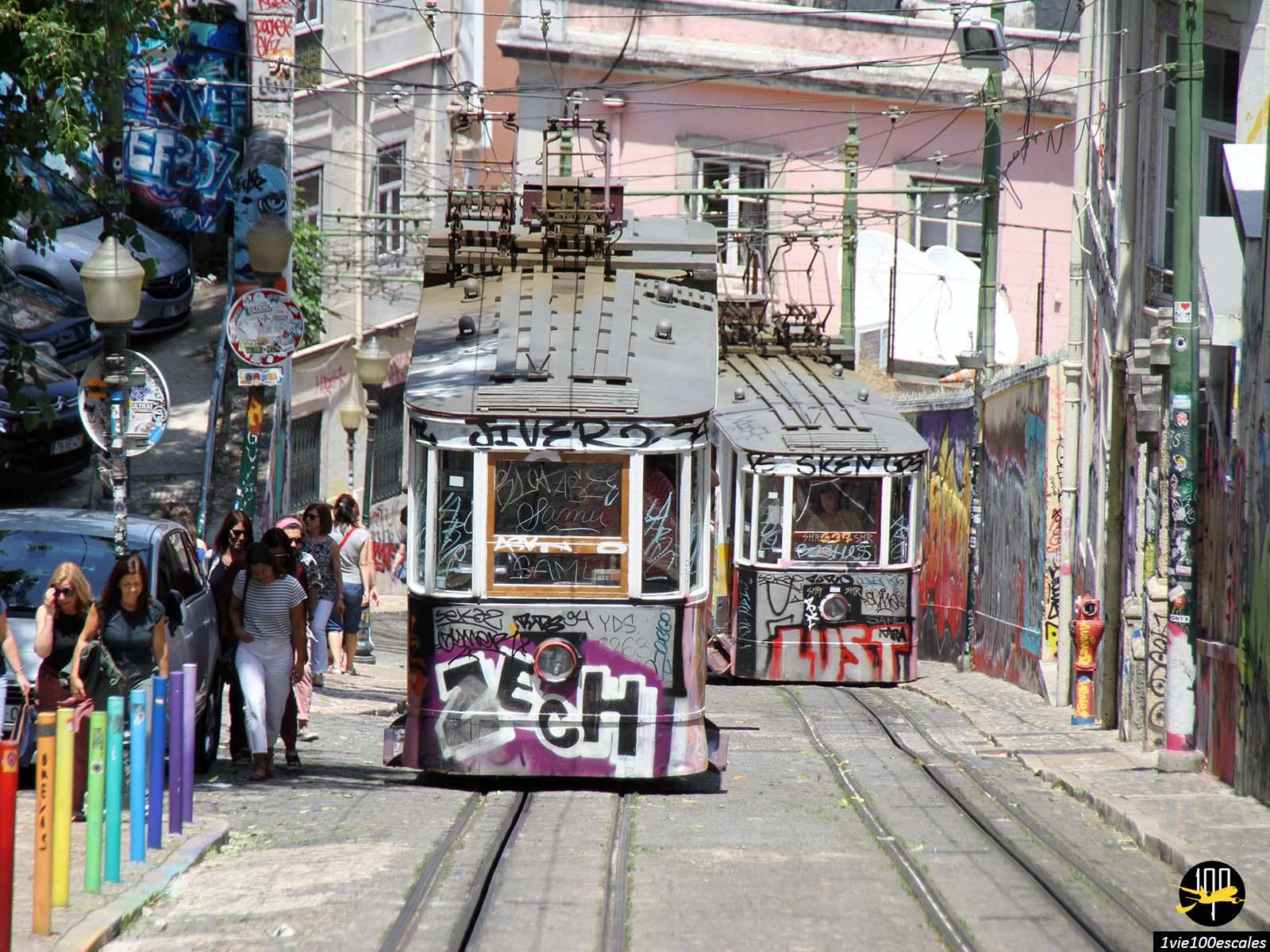 Allez au Bairro Alto de Lisbonne avec le typique funiculaire da Glória