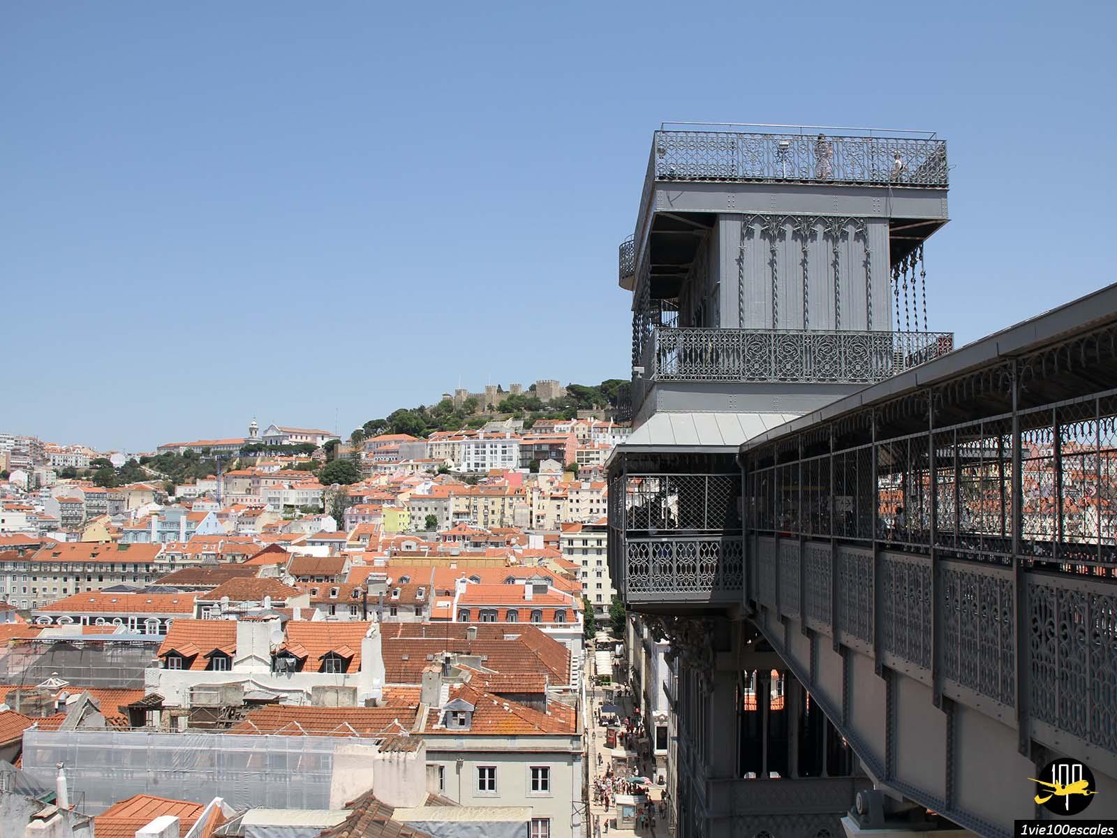 L'ascenseur de Santa Justa est bâti dans le centre historique de la ville de Lisbonne