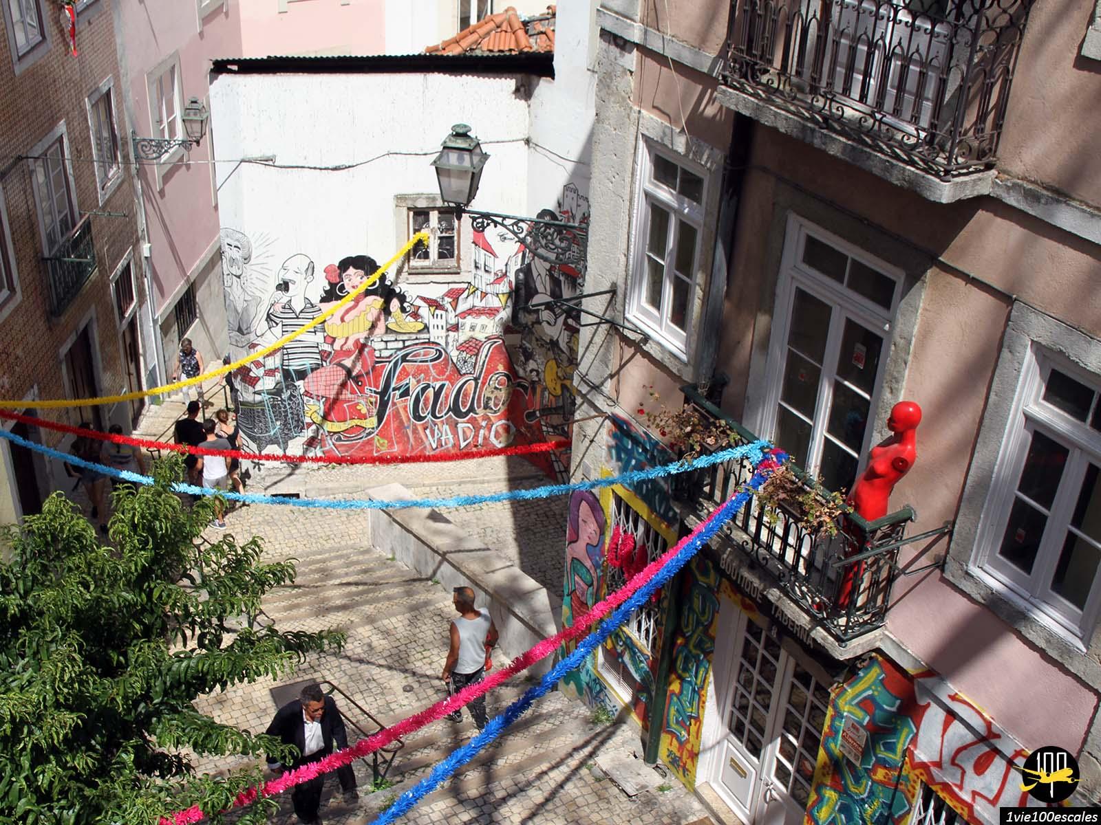 Les ruelles colorées du quartier Bairro Alto de Lisbonne