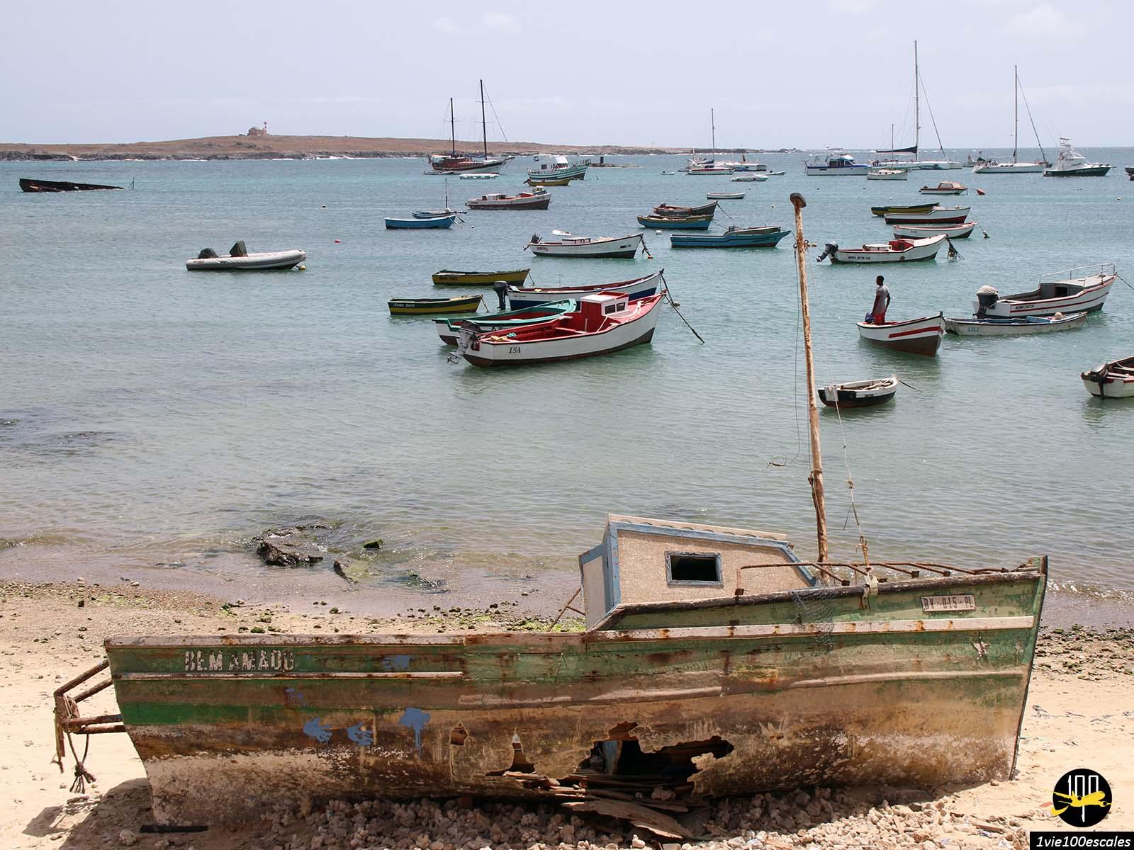 Le petit port avec ses petits bateaux à Sal Rei sur l'île de Boa Vista