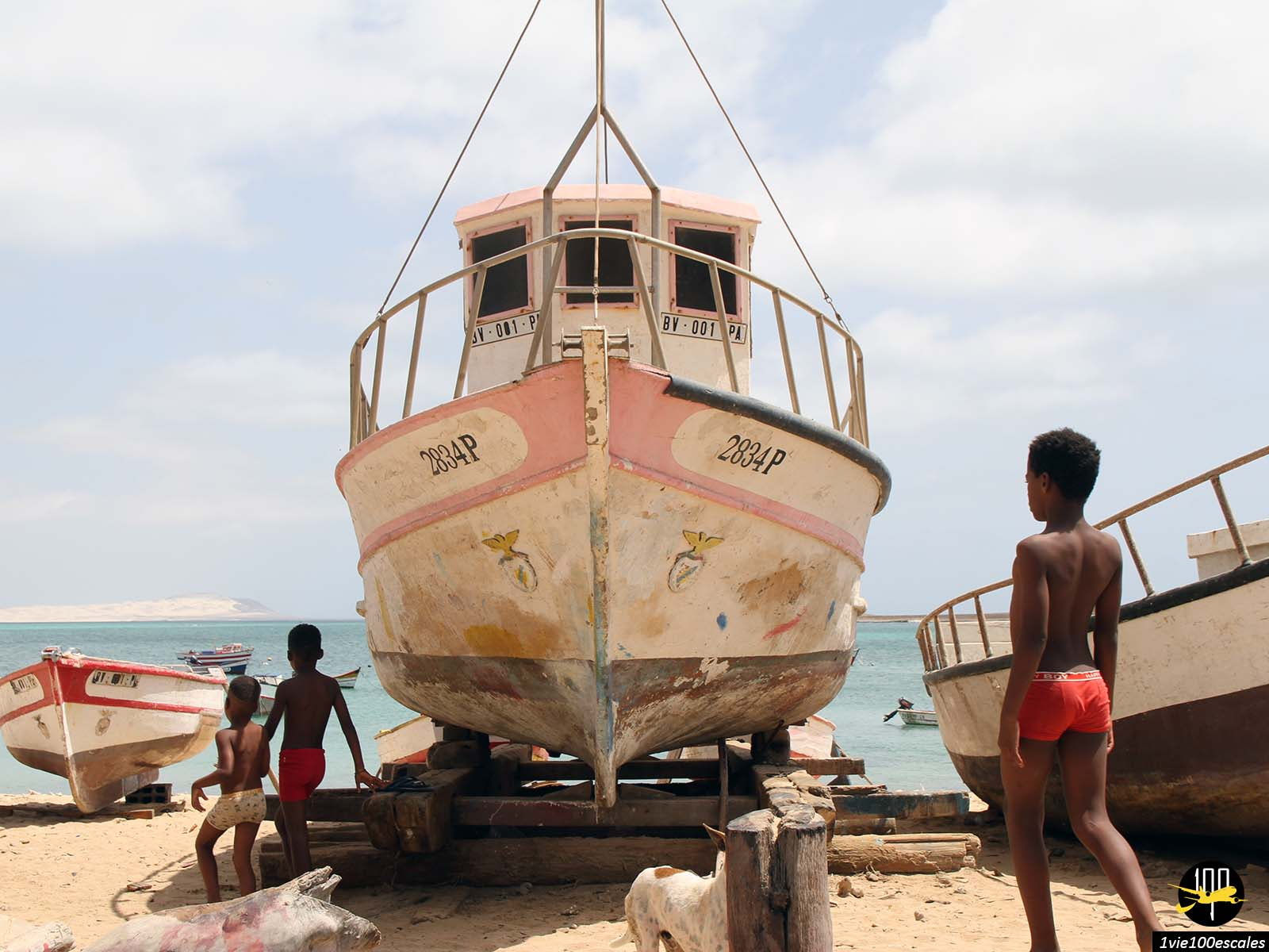 Les enfants dans le port de Sal Rei sur l'île de Boa Vista