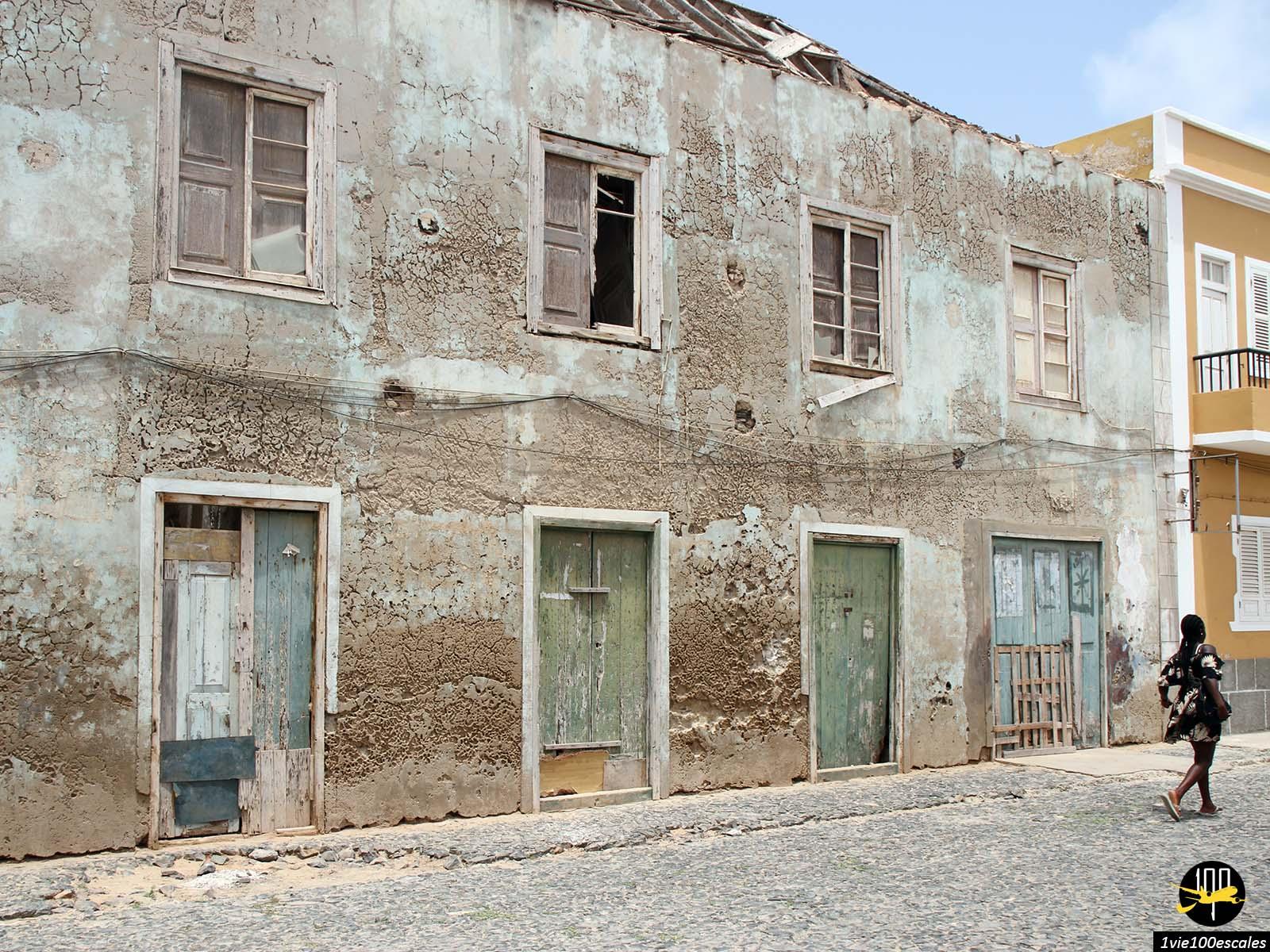 Les maisons abandonnées dans le village de Sal Rei sur l'île de Boa Vista