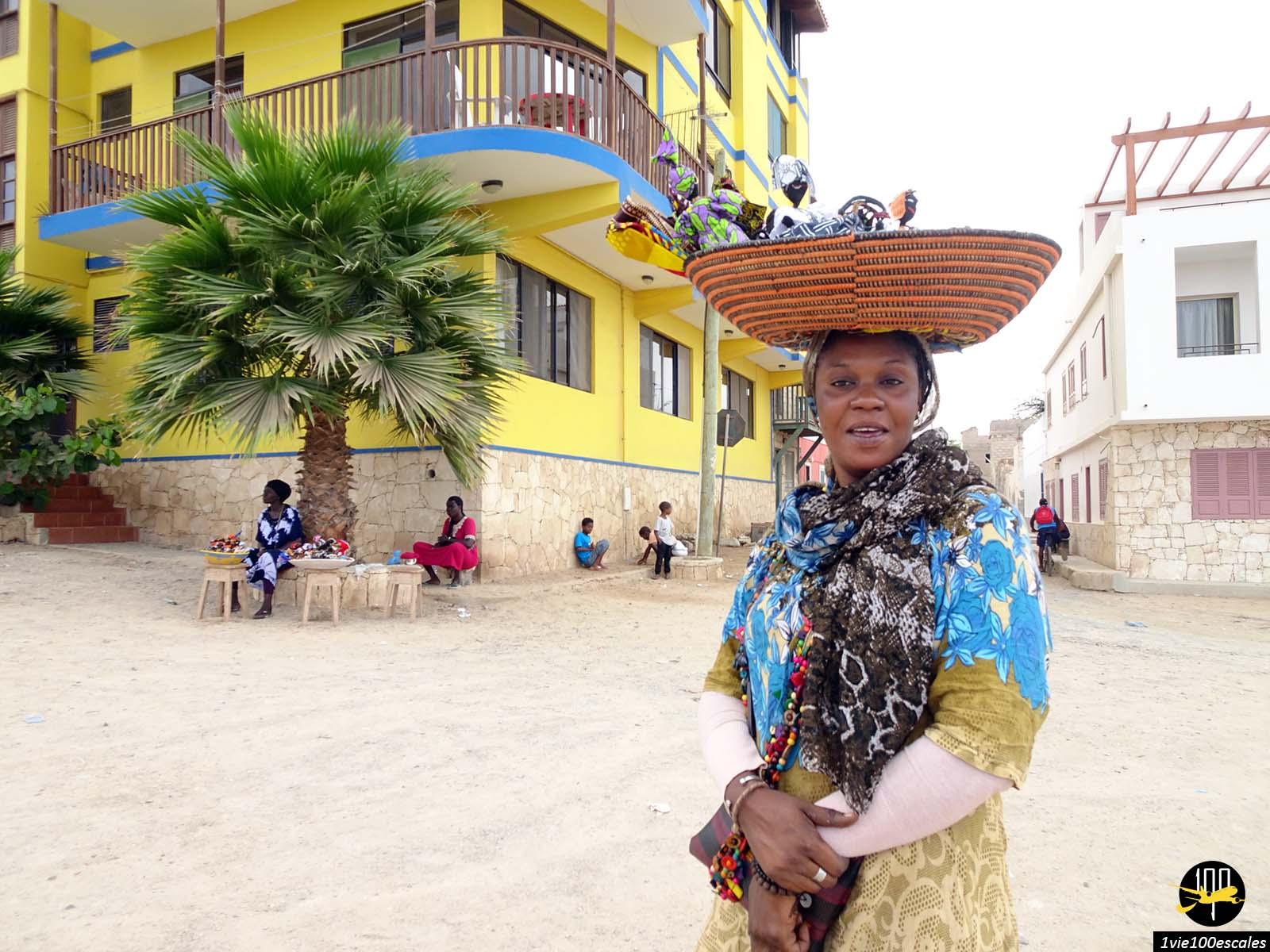 Une vendeuse ambulante de poupées à Sal Rei sur l'île de Boa Vista