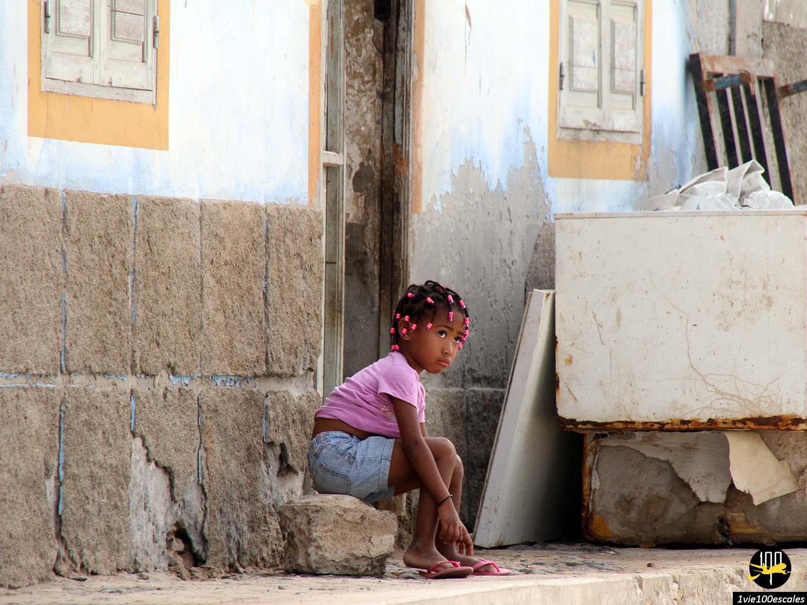 Une enfant devant sa maison à Sal Rei sur l'île de Boa Vista au Cap-Vert