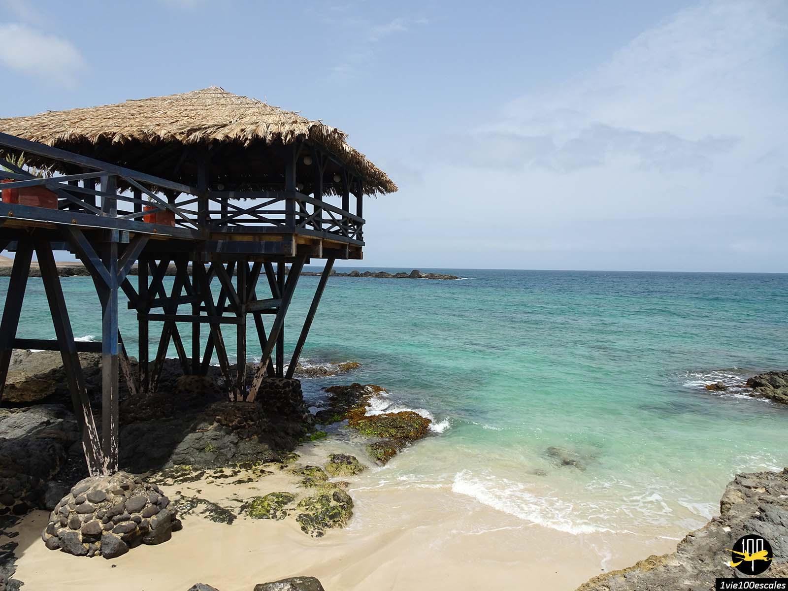 La belle couleur de la mer au nord de Sal Rei sur l'île de Boa Vista