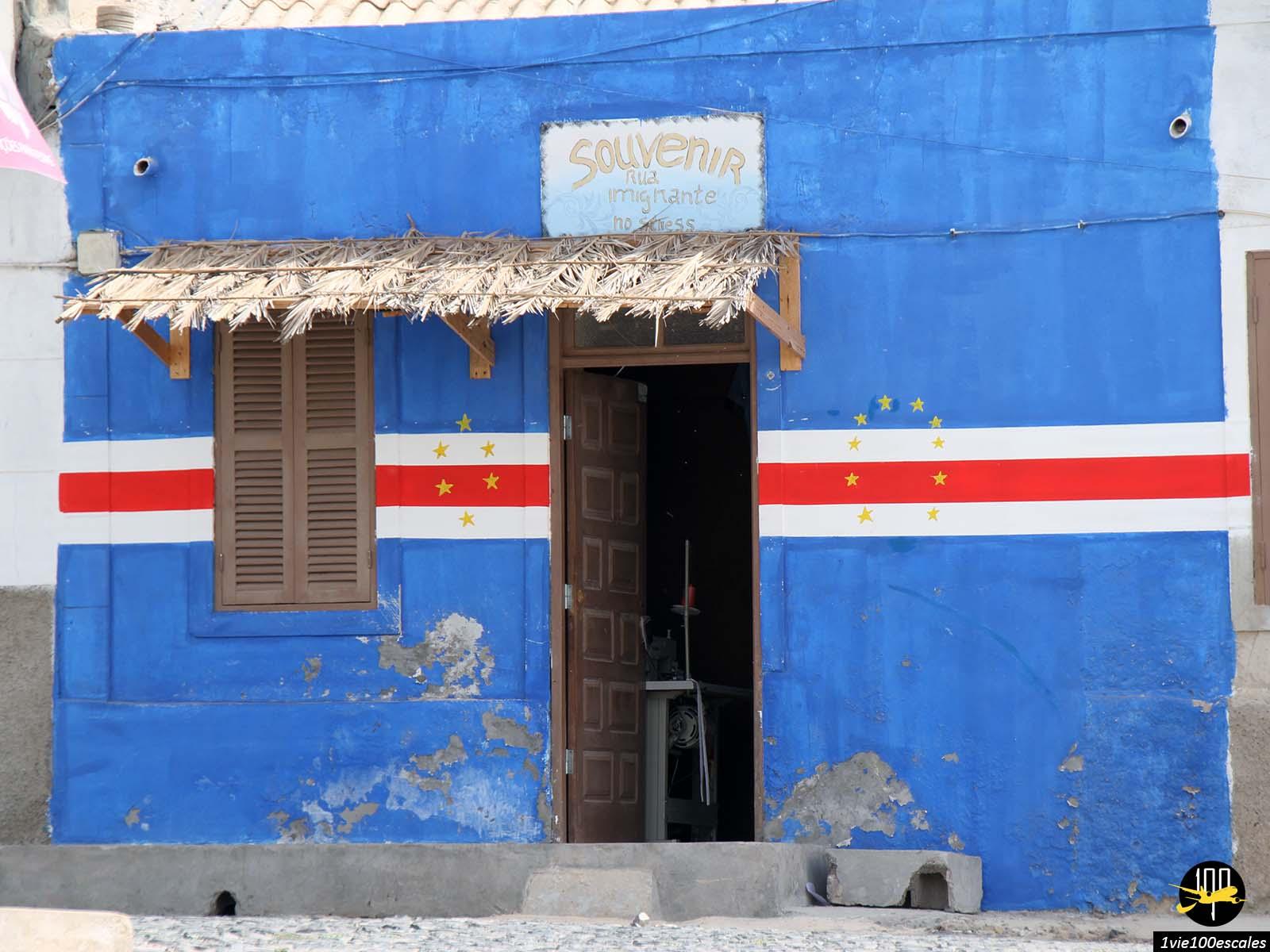 Un magasin de souvenirs aux couleurs du drapeau du Cap-Vert