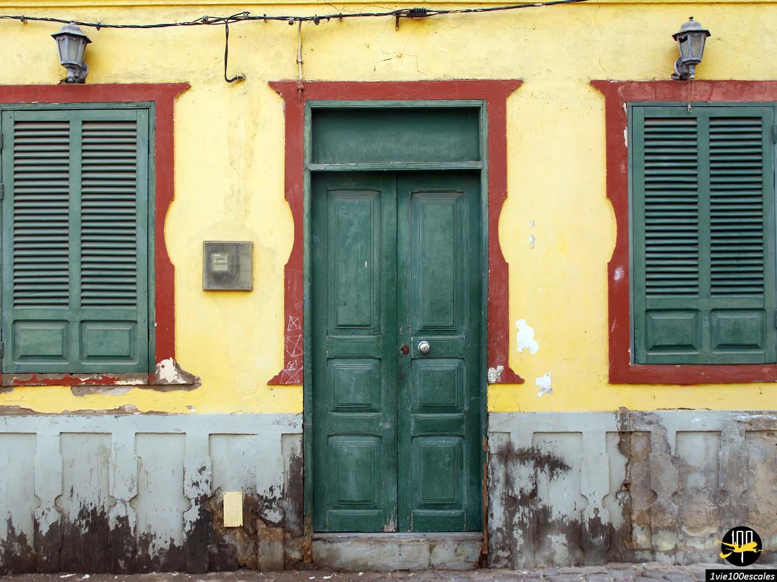 Les couleurs des anciennes maisons du ville de Sal Rei sur l'île de Boa Vista