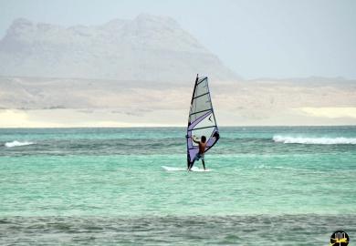 Le kitesurf est l'une des activités les plus poulaires à Sal Rei sur l'île de Boa Vista