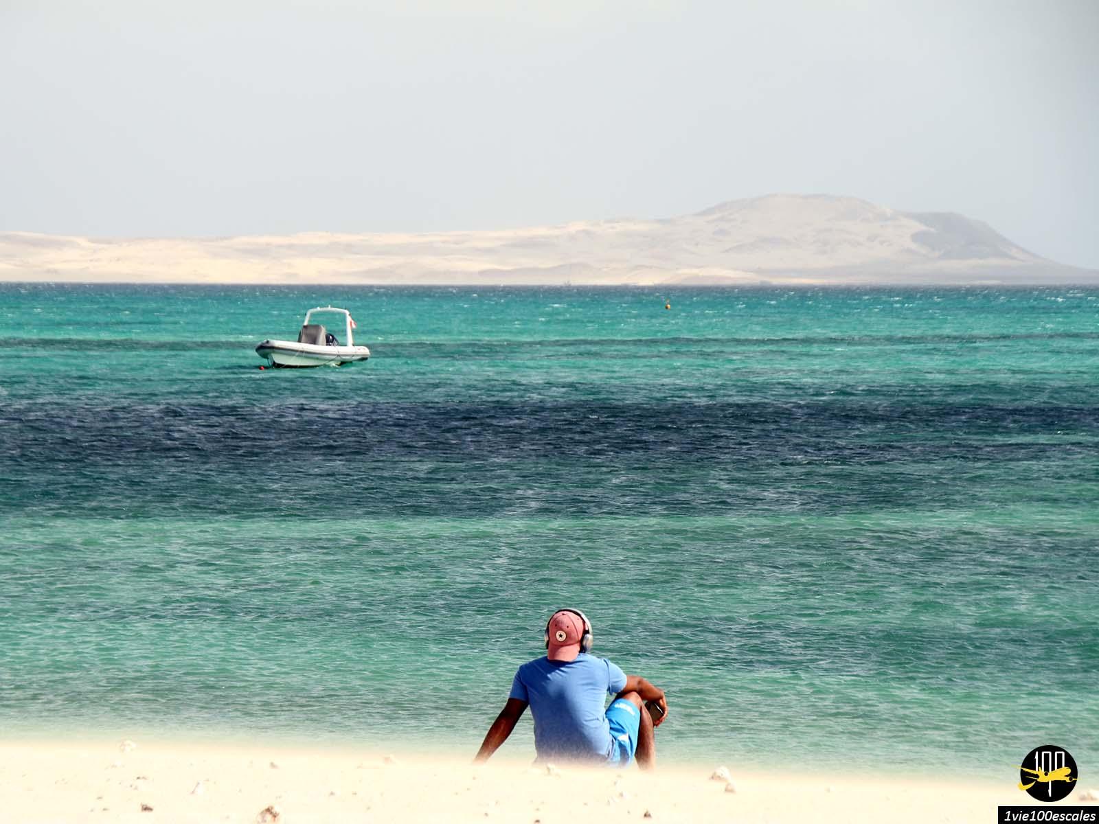 La nuance de bleu de la magnifique mer de Sal Rei sur l'île de Boa Vista