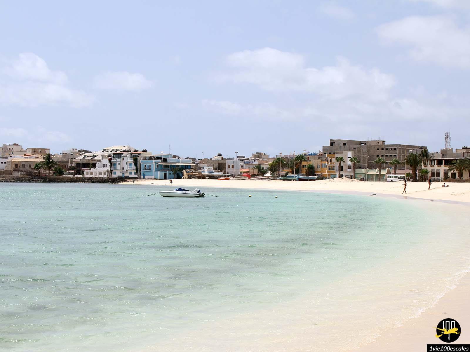 La plage presque deserte à l'arrivée sur Sal Rei sur l'île de Boa Vista