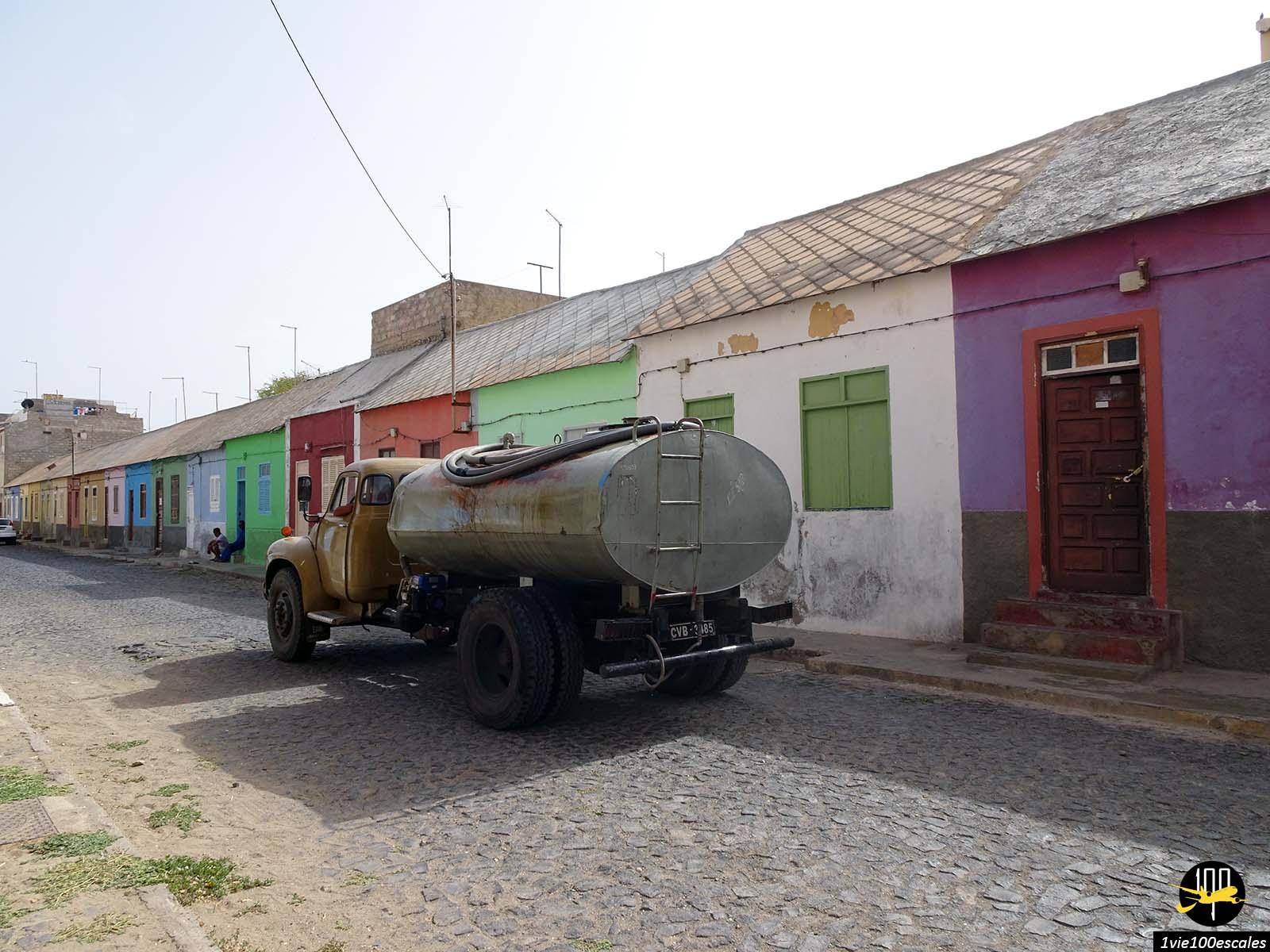 Un rue colorée typique de Mindelo sur l'île de Sao Vicente