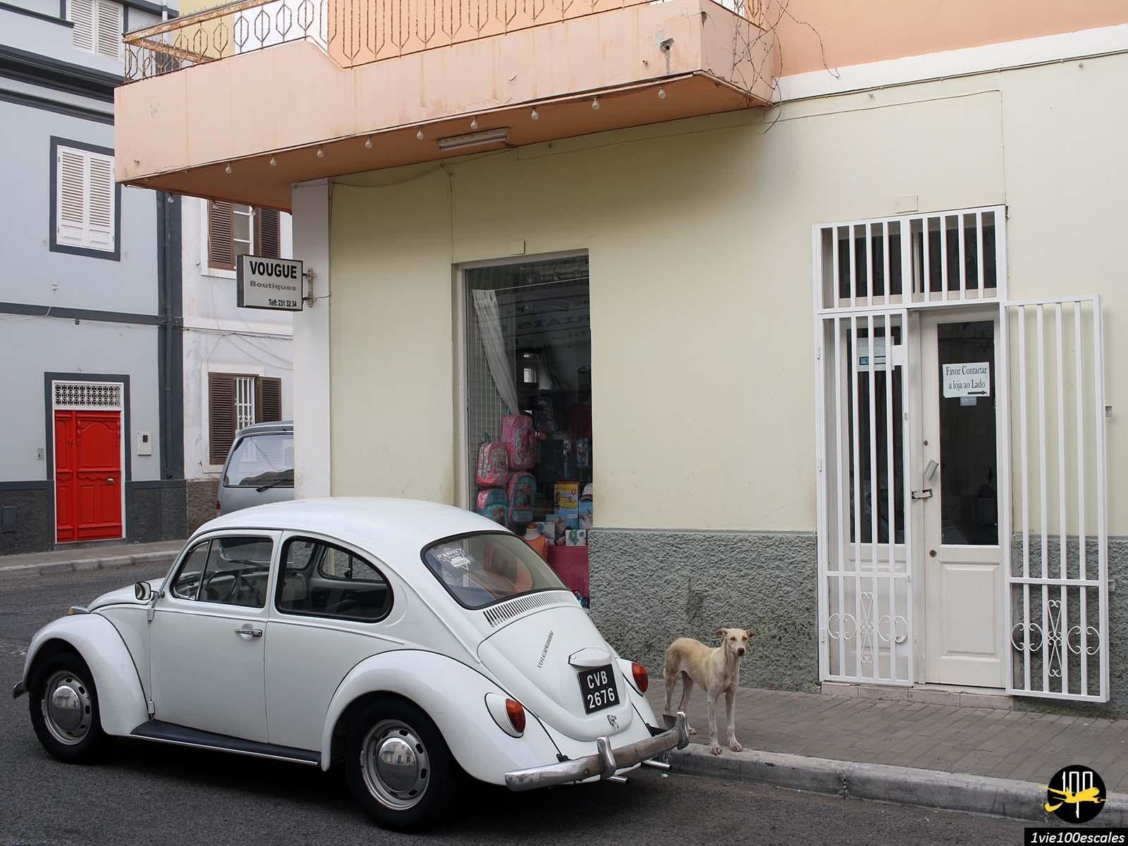 Les anciennes voitures dans la rue à Mindelo sur l'île de Sao Vicente
