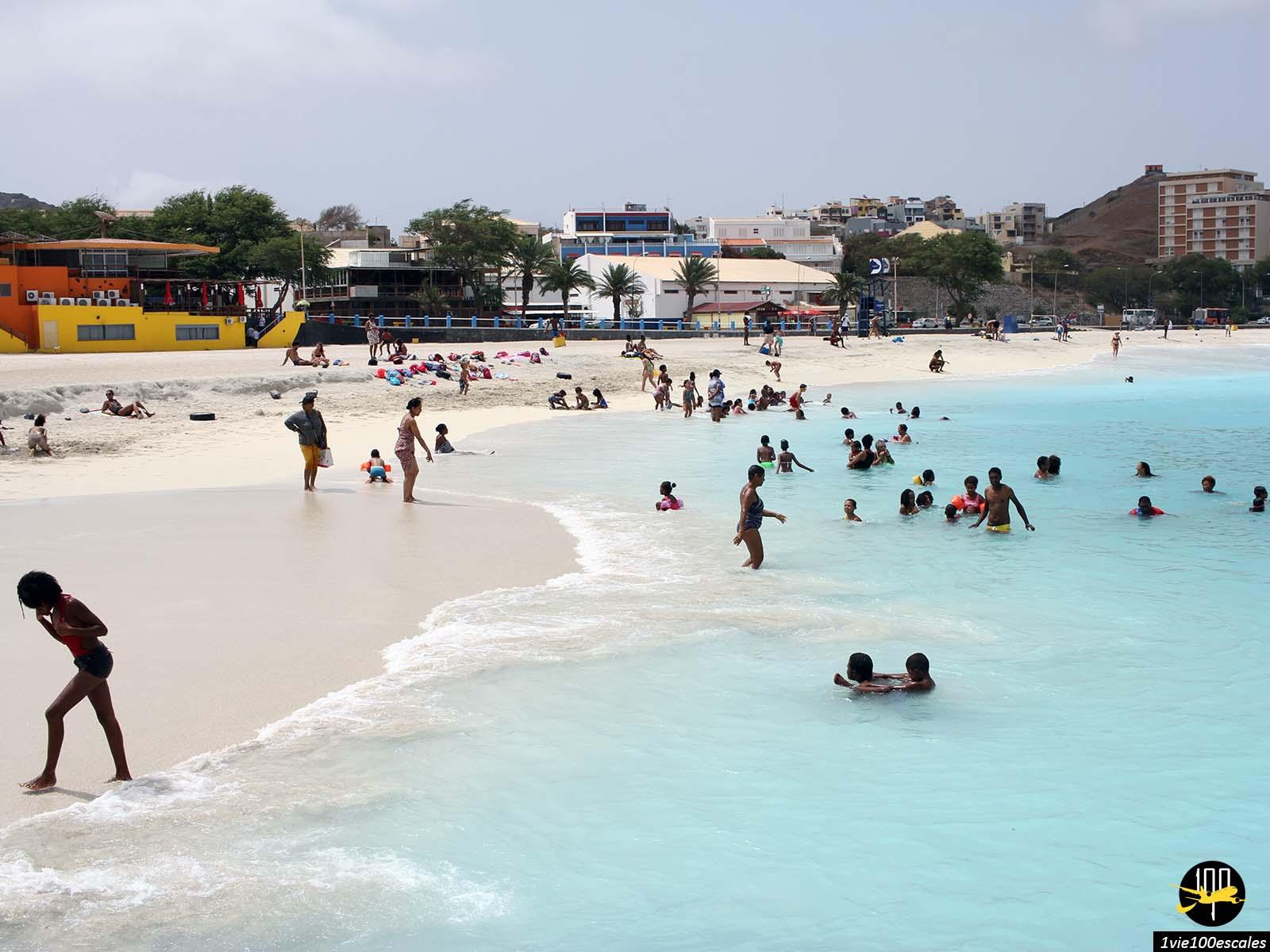 La population locale se baignant dans la belle mer de Mindelo sur l'île de Sao Vicente