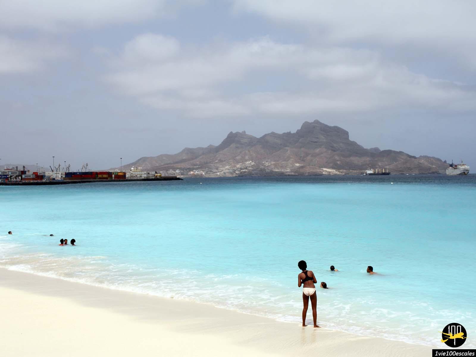 La plage artificielle de Mindelo sur l'île de Sao Vicente