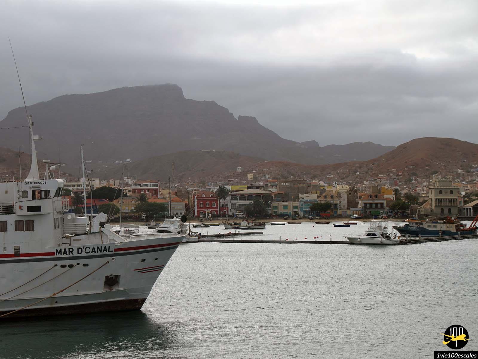 Vue sur Mindelo depuis le ferry au petit matin