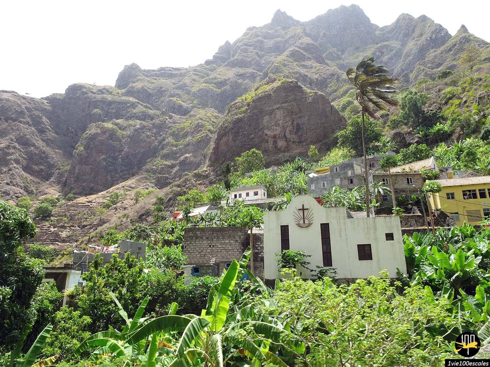 Les petits villages nichés dans la falaise de l'ile de Santo Antao