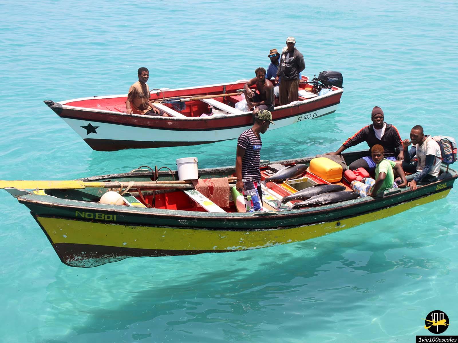 L'arrivée des pêcheurs en milieu de journée à Santa Maria sur l'île de Sal