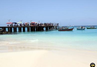 La foule sur le ponton de Santa Maria sur l'île de Sal à l'arrivée des pêcheurs