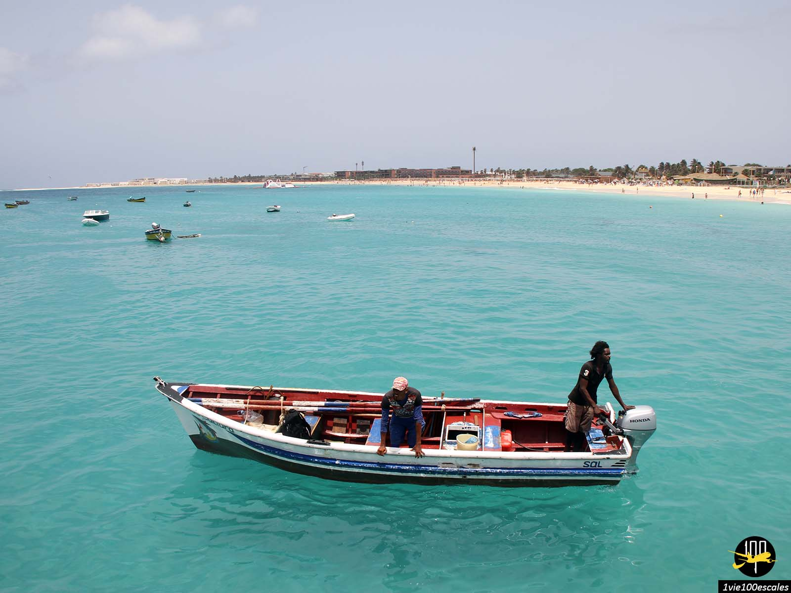 Un bateau typique en bois des pêcheurs à Santa Maria sur l'île de Sal