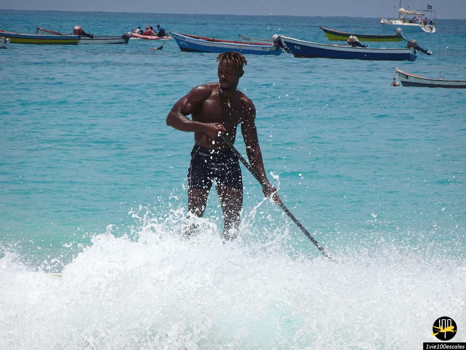 Les cours de surfs vous seront très agréables à Santa Maria sur l'île de Sal