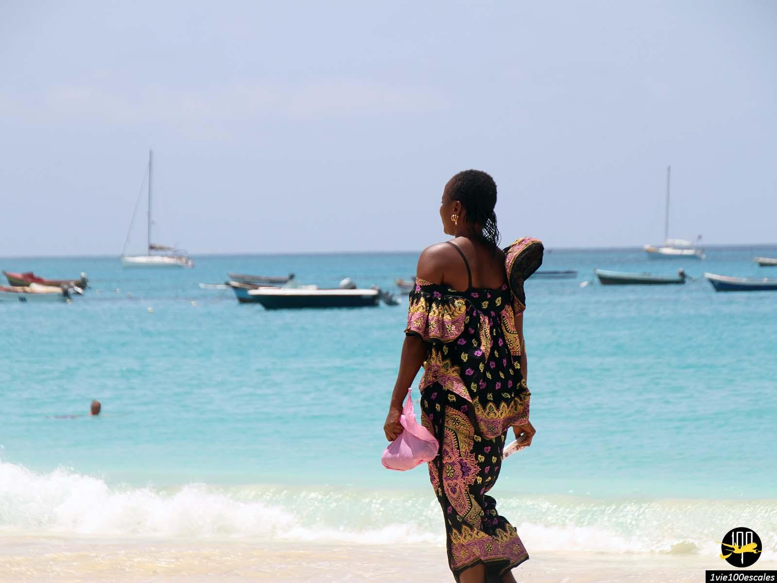 Une coiffeuse proposant des tresses à Santa Maria sur l'île de Sal