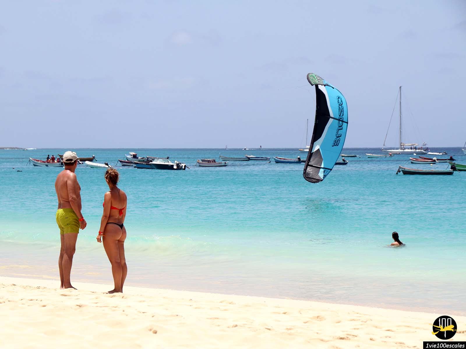 Les touristes se promenant le long de la plage de Santa Maria sur l'île de Sal