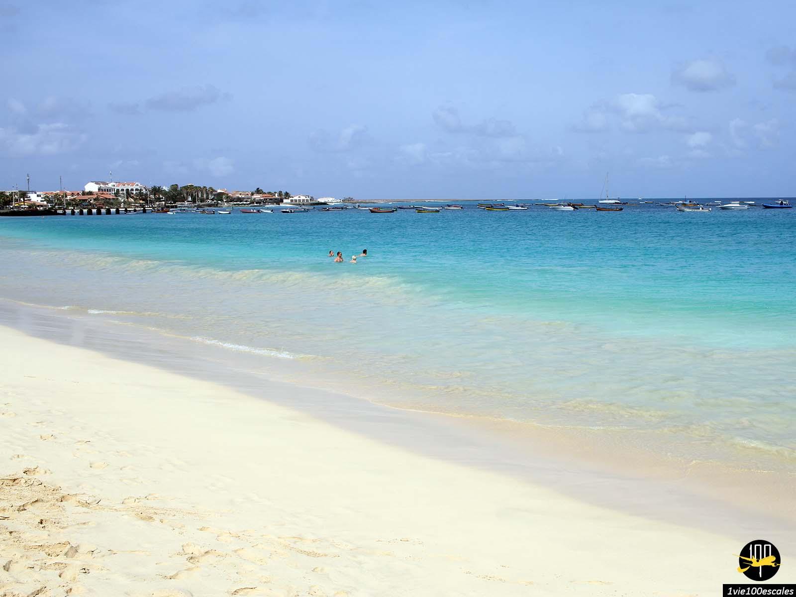 La magnifique couleur de la mer à Santa Maria sur l'île de Sal