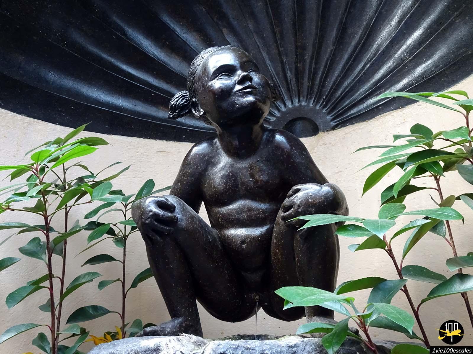 La statue de Zinneke-Pis juste en face du delirium cafe