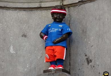 Le statue du Manneken-Pis costumé aux couleurs du fair play