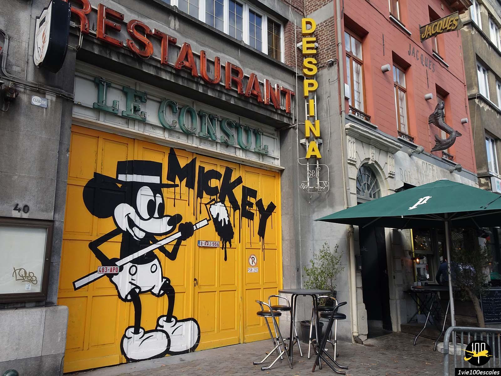 Mickey dessiné sur une porte à Bruxelles