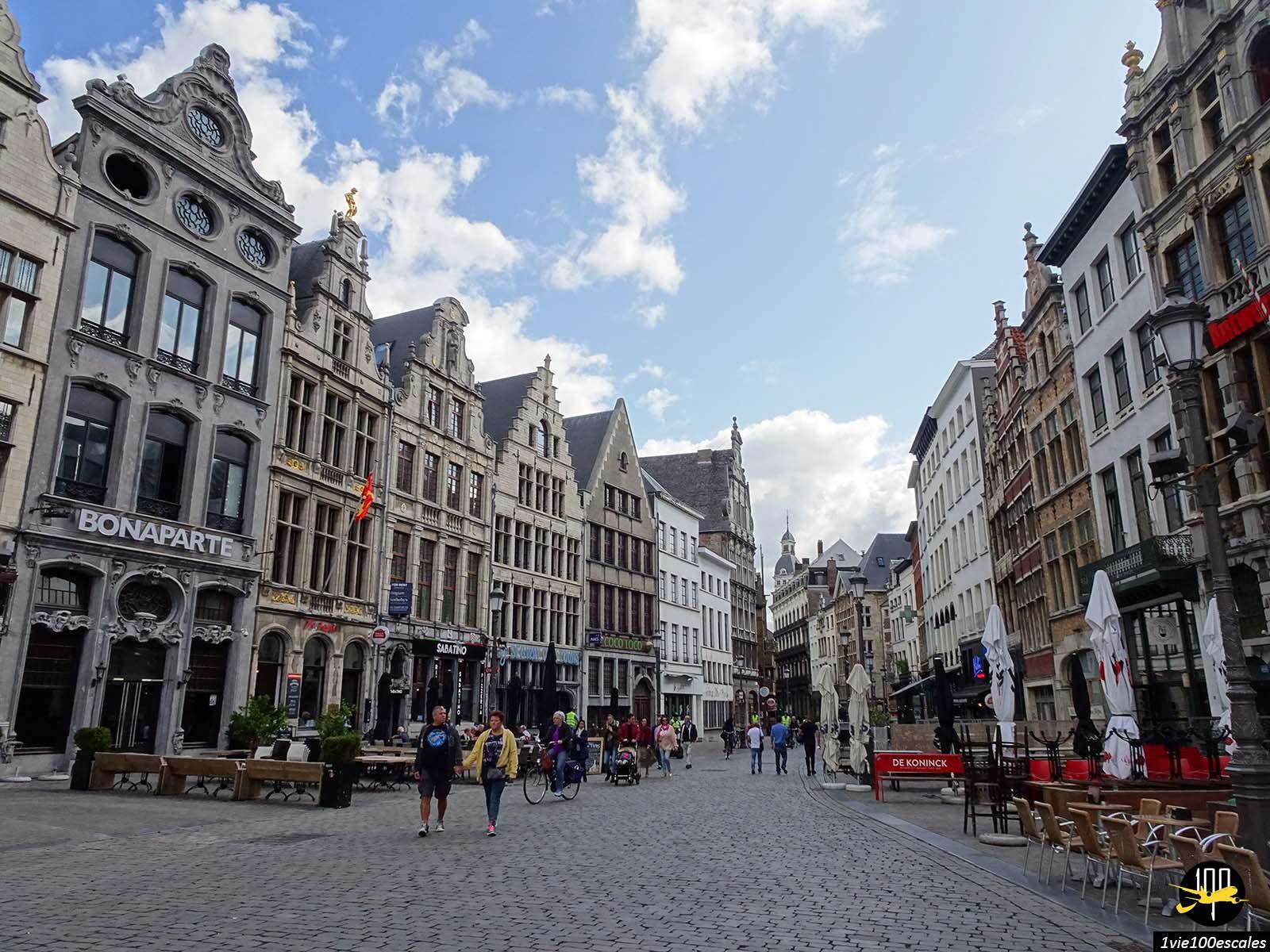 La beauté d'Anvers avec ses immeubles et ses toits