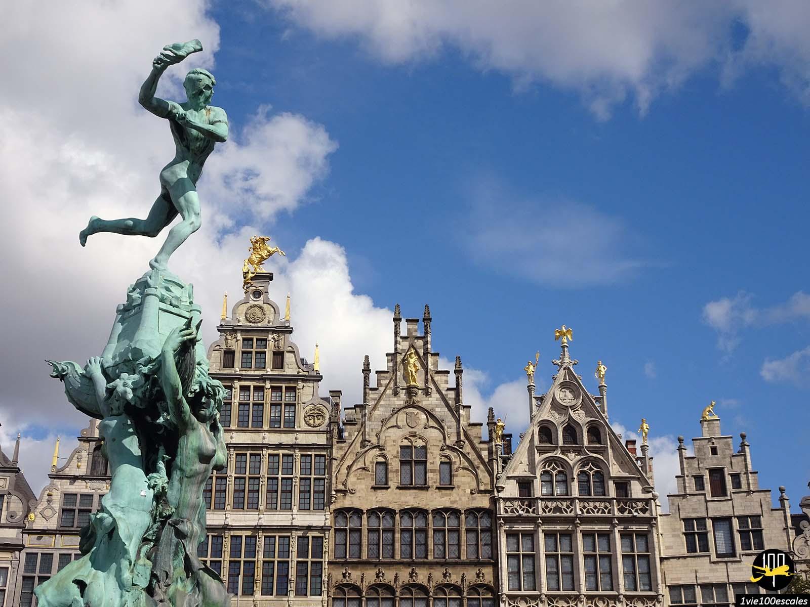 La Statue de Silvius Brabo sur la Grand Place d'Anvers