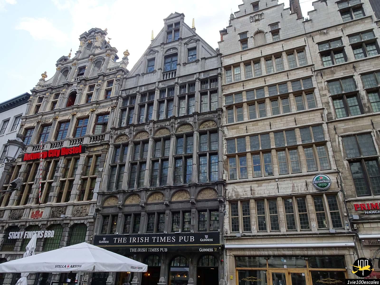 Les belles façades en brique dans les rues d'Anvers