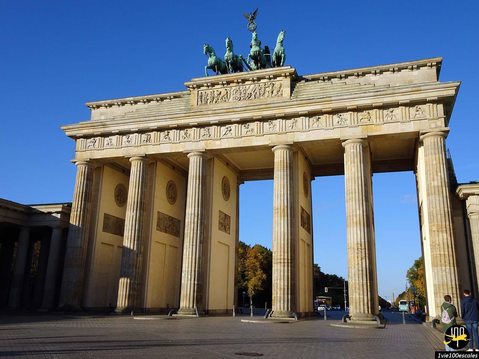 La Porte de Brandebourg de Berlin au soleil au petit matin sans touristes