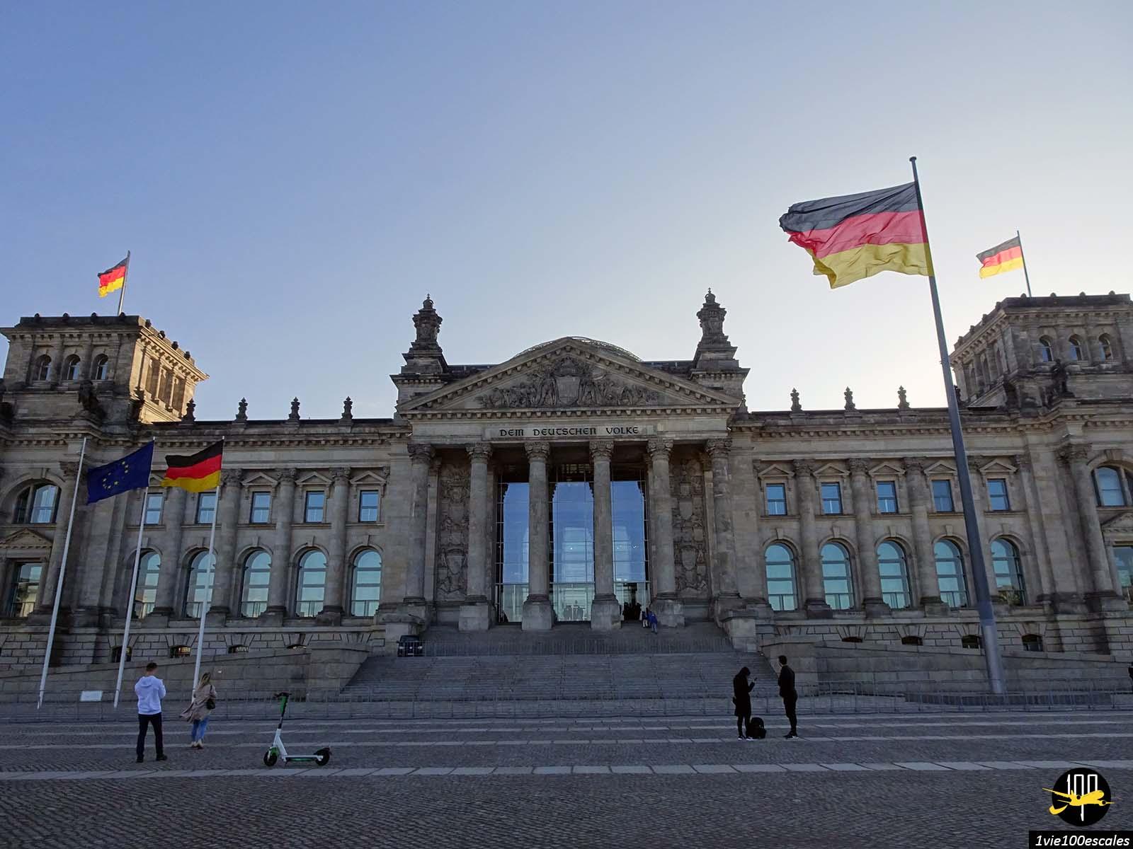 Le colossal Palais du Reichstag de Berlin avec ses drapeaux allemands