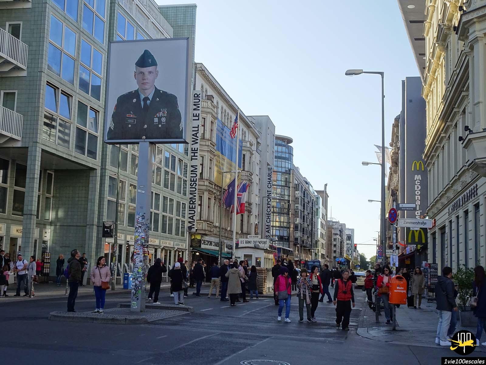 Le célèbre Checkpoint Charlie de Berlin avec le portrait d'un soldat