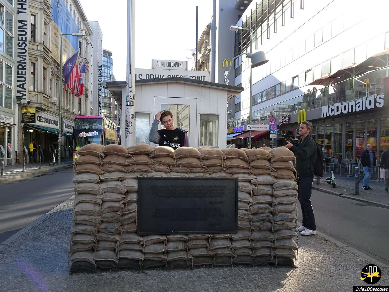 Le poste frontière Checkpoint Charlie de Berlin en Allemagne