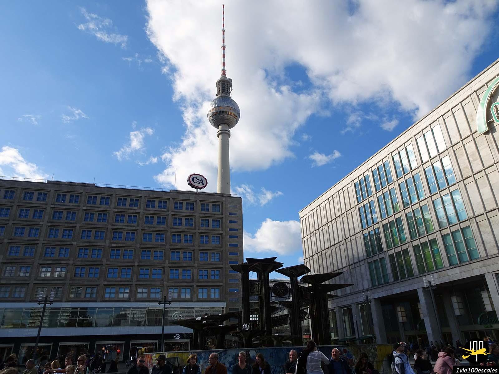 L'Alexanderplatz avec le géant Fernsehturm de Berlin