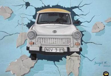 Le mur de Berlin est constitué d'une centaine de peintures réalisées et signées par des artistes du monde entier