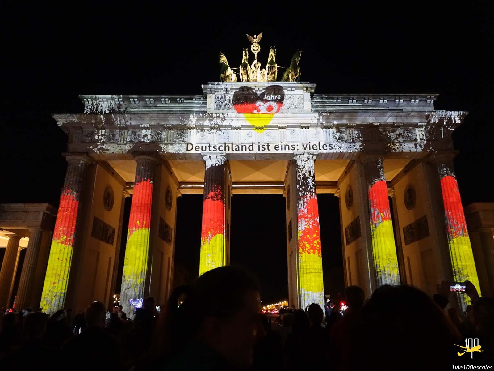 La Porte de Brandebourg illuminée aux couleurs de l'Allemagne pour le Festival of Lights de Berlin