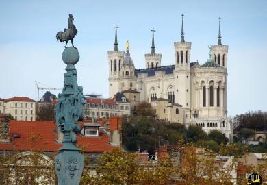 La Basilique Notre Dame de Fourvière dominant toute la ville sur la colline du vieux lyon