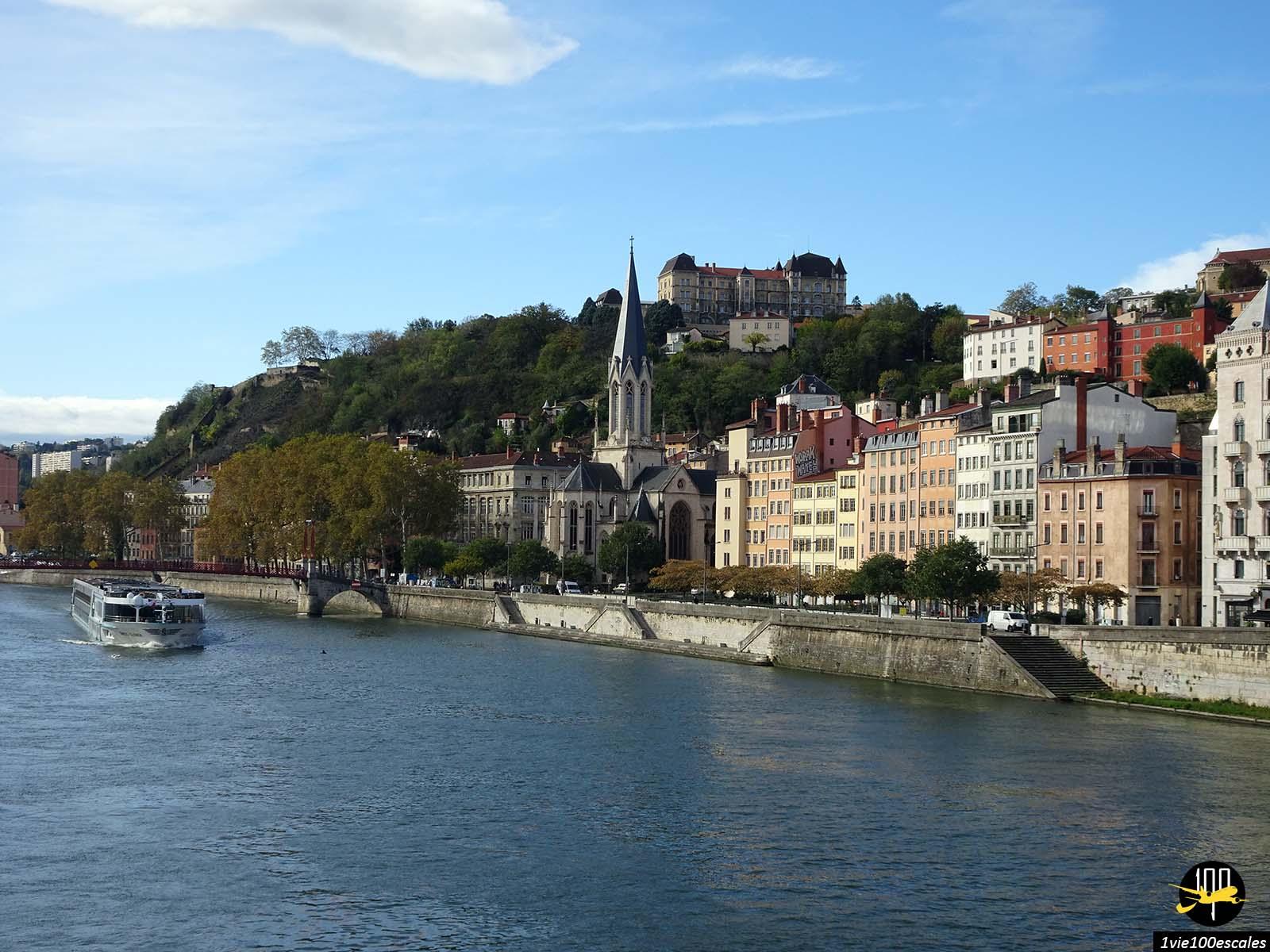 La ville de Lyon le long du fleuve