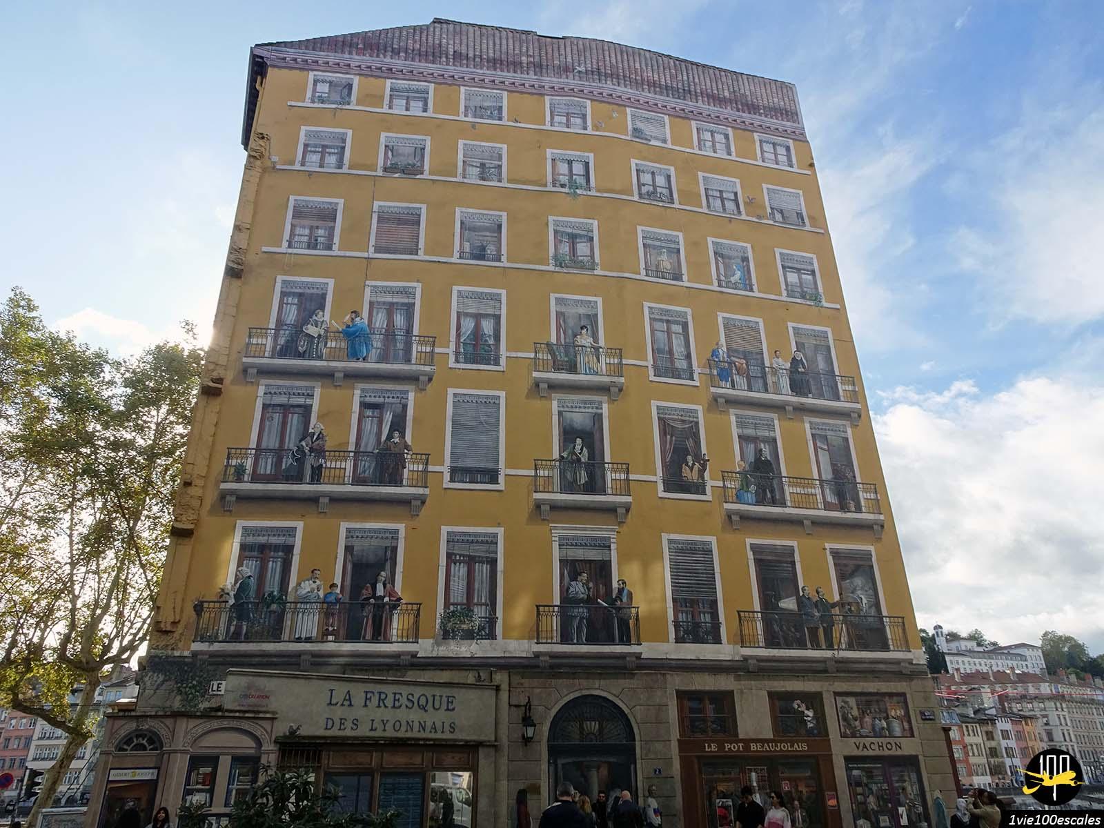 La peinture murale La Fresque des Lyonnais représentant les personnes importantes de la ville