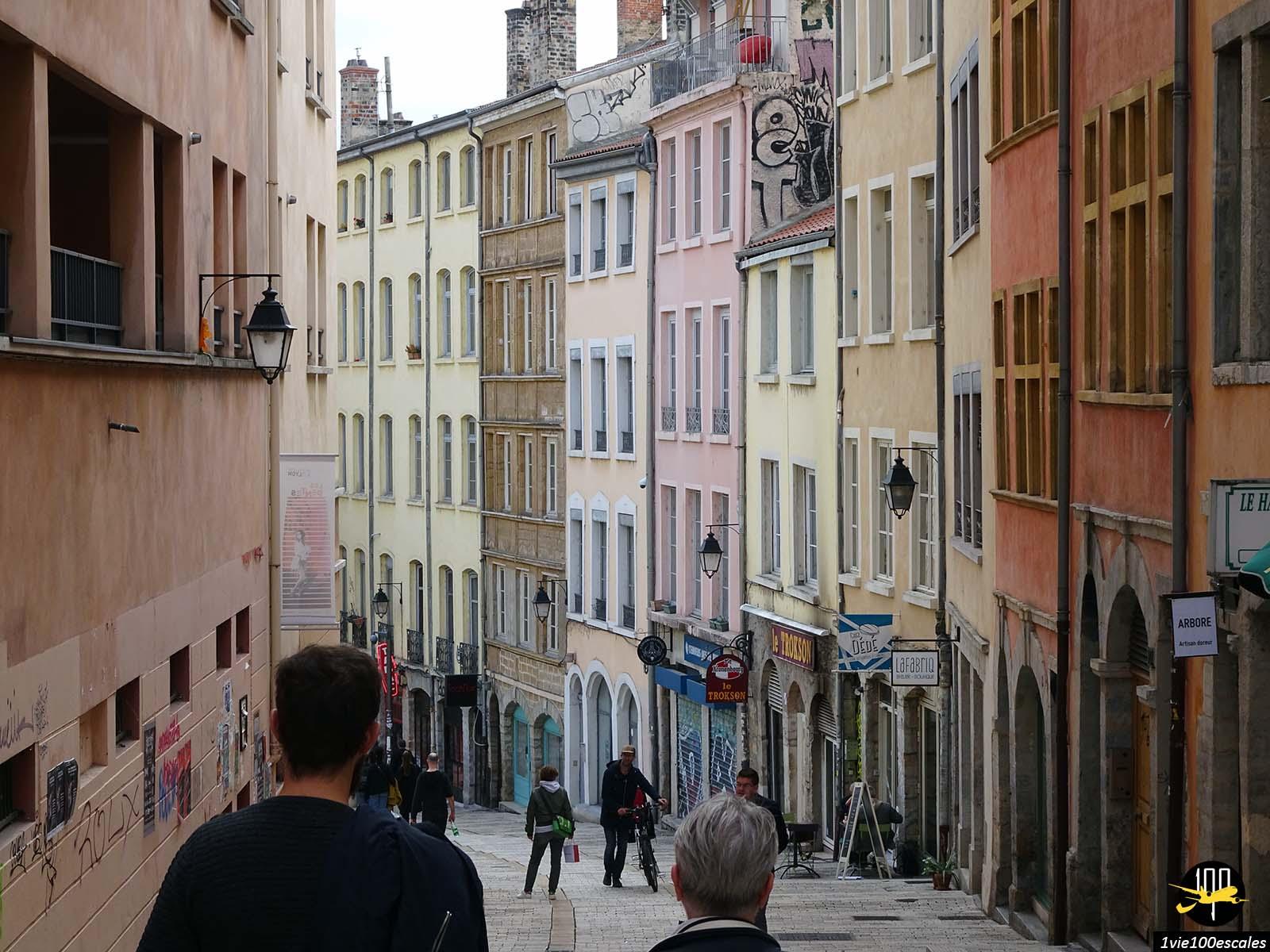 La pente de la croix rousse à Lyon avec ses immeubles colorés